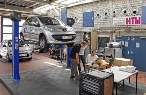 Labor mit Hebebühne: Hier führt die Forschungsgruppe Automotive Powertrain einen Großteil iher Versuche durch.