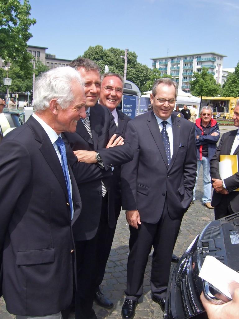 Prof. Harald Altjohann (l.) konnte mit der Präsentation von Automotive Powertrain auf der ADAC-Hauptversammlung sehr zufrieden sein. Wann hat man schon mal die Gelegenheit, dem obersten deutschen Autofahrer, ADAC-Präsident Peter Meyer (r.) , die Autogas-Vorteile zu verdeutlichen. Aufmerksame Zuhörer waren auch Mannheims Oberbürgermeister Dr. Peter Kurz (2.v.l.) und der Geschäftsführer des ADAC Nordbaden, Manfred Rosenberg. Foto: HTW Saarland