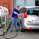 HTW-Mitarbeiter Michael Fries betankt erstmals das Versuchsfahrzeug mit dem neuen Euronozzle. Foto: Projekt S1000plus/ Fontaine