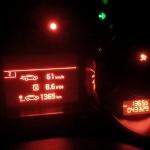 Der entscheidende Moment: 1365,5 km zeigt der Kilometerzähler, als das Versuchsfahrzeug ausrollt. Der Bordcomputer zeigt einen Schnitt von 8,6 Liter, doch real sind es 8,8. Foto: Fries