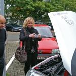 Esther Steinmeier fotografiert den Motorraum des Versuchsfahrzeugs, wo außer dem Steuergerät vorne links nichts auf eine hochmoderne Autogasanlage hindeutet. Farid Boulaaouin, Kfz-Meister an der HTW, nimmt´s schmunzelnd zur Kenntnis.